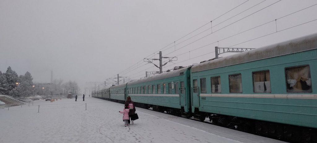 Trein K9797 van Urumqi naar Almaty op het Alanshankou treinstation