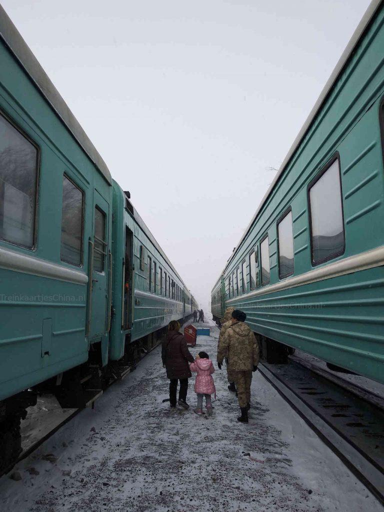 Uitstappen bij het treinstation Dostyk in Kazachstan