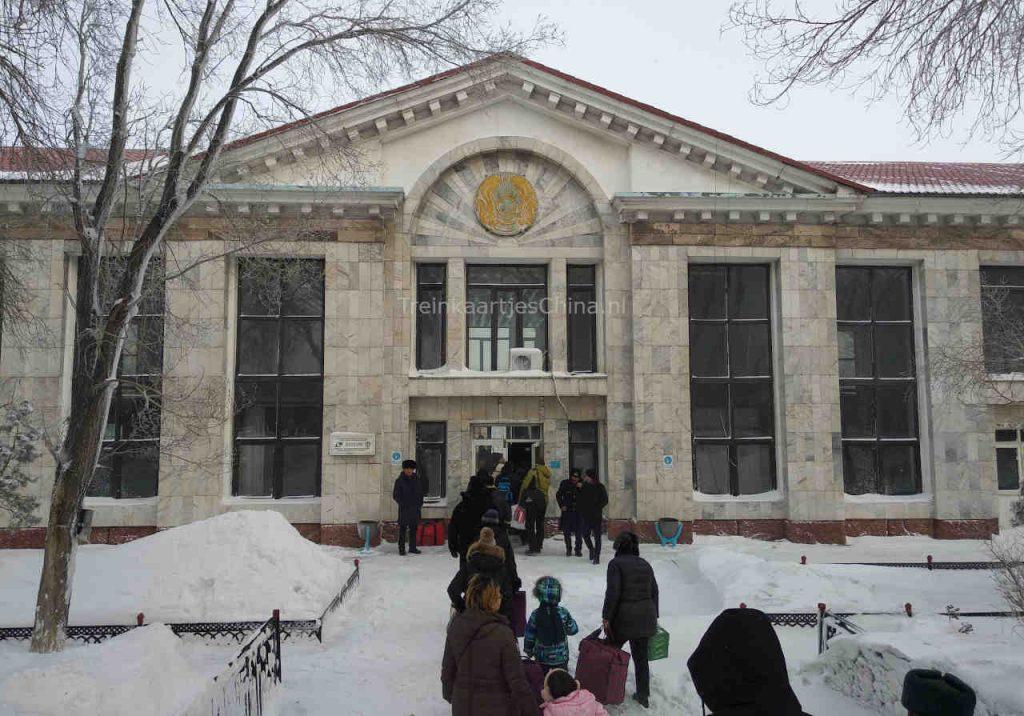 Het eerste treinstation in Kazachstan bij het stadje Dostyk